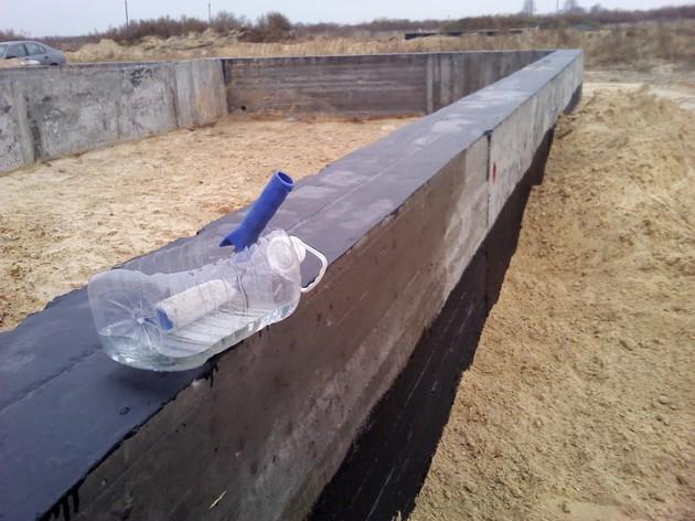 Сырость и влага способны проникать в конструкции строительства и разрушать бетон