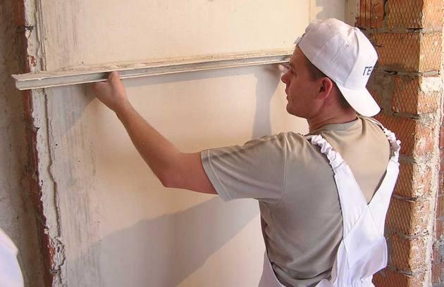 Процесс выравнивания стен квартиры строительными смесями довольно прост