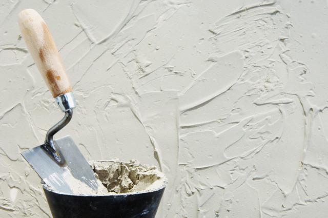 Как только этап по нанесению штукатурки завершён, можно приступить к созданию нужного рисунка